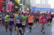 差距!同是马拉松,包头劝退最后1名,深圳警车护送80岁老人完赛