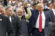 特朗普与莫迪在美国手拉手,接受5万人欢呼,两人脸上笑开花