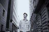邓伦街拍造型,浅色印花衬衫外套搭配宽松皮裤,初秋男友既视感