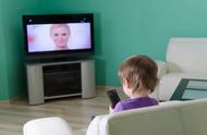 研究证实:长时间看电视或使用社交媒体的孩子,更容易患上抑郁症