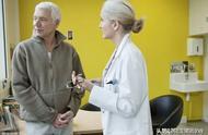 大肠癌的早期征兆:  虽然大肠癌的早期症状不明显,而且不具有特异性,但通常有以下几点征兆值得注意:  1、大便带血:便血是大肠癌最常见的症状,一般来说早期便血的量很少,因此容易与痔疮相混合,耽误患者的