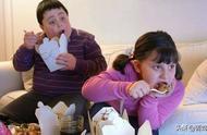 小明今年5岁了,每餐吃饭能吃个三碗饭,体重达到了30公斤,比同龄孩子的体重要超标很多。由于孩子平常都是奶奶带,父母在外忙于工作。这次妈妈放假回来看孩子,看孩子每顿吃三碗饭,体重也超标许多,妈妈很担心,