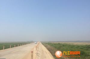 """鄱阳湖""""瘦身""""三分之二 """"最美水上公路""""两边成了草原"""