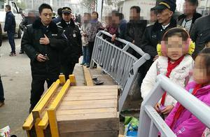 郑州一辆奔驰SUV冲向人群,一名孩子受惊不停发抖!