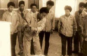 1985年青岛冰箱厂厂长张瑞敏怒砸冰箱