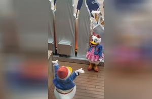 东京迪士尼后台,这些演员真敬业,这就叫乐在其中吧!