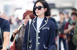 刘诗诗校草装扮现身机场,刘英俊风中潇洒帅气,鞋子暴露了本性