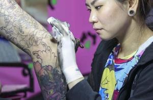 我想纹身在个胳膊上纹一条鲤鱼多少钱有免费给我纹身的吗