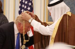 特朗普对沙特国王卑躬屈膝是怎么回事
