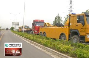 无锡车主注意了 这个地方违停  交警直接拖车