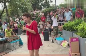 最近超火的香港屯门公园三公主现场飙歌,路人围得水泻不通