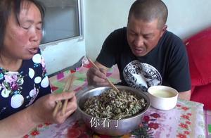 农村夫妇去地干活,媳妇用杨树毛土豆做美食,大黑呼呼猛吃真过瘾