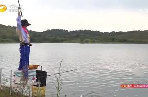 格格刚空竿了,正伤心的时候,忽然一个黑漂,竟然又有鱼咬钩了!