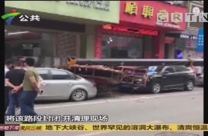 吊车拆卸广告牌不慎侧翻,工人师傅被摔伤,疑似吊车操作不当导致