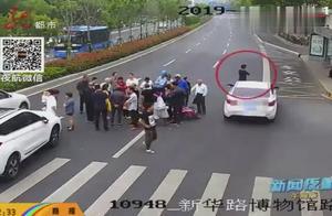 危险!男子围观车祸现场,不料引发二次事故,被过路车辆撞倒在地