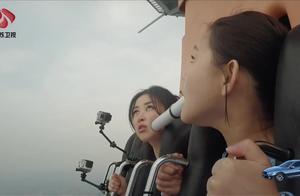 女子乘坐跳楼机,眼睛都不让闭,整个人都崩溃了!