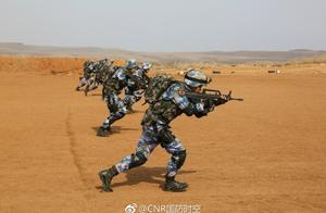 中国海军陆战队穿戴海洋迷彩现身沙漠,有一装具值得重视