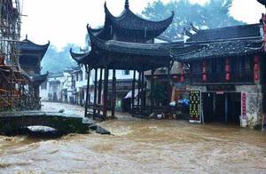 江西婺源遭暴雨袭击 最美古镇被淹