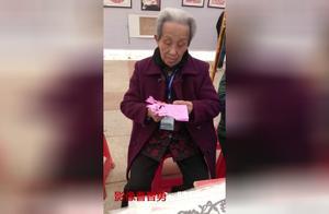 社区组织妇女学做装饰品 国家级剪纸文化继承人