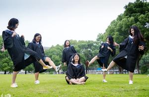 南京师范大学学生拍摄创意毕业照,奇思妙想的造型让人脑洞大开