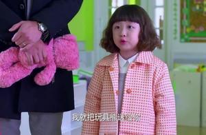 馨儿告诉小朋友要做个诚实的孩子就把玩具送给他,小朋友说出实情