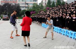 燃爆!川传女副校长领舞 1100多名学子跳《海草》舞拍毕业照