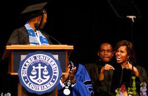 美国第一夫人米歇尔-奥巴马参加迪拉德大学的毕业典礼