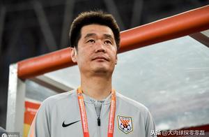鲁能明显点球被吹引发争议,李霄鹏示意球员尊重判罚