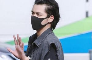"""吴亦凡新发型现身机场,却有网友表示撞脸""""马大姐""""!他俩像吗?"""