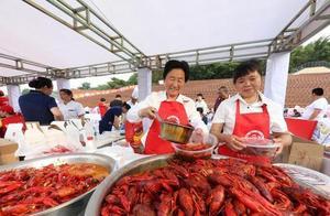万人龙虾宴火爆开席 三万食客狂扫龙虾40吨