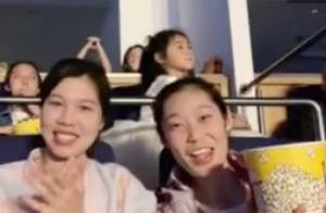女排最信任大姐陪伴!朱婷现场看郭富城演唱会 吃爆米花笑容满面