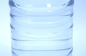 """北京一""""黑作坊""""1元批发假冒品牌桶装水:自来水简易过滤后灌桶"""