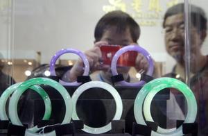 朋友在新疆旅游,被坑300元买玻璃观音,不买不让走