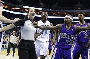NBA那些不成文规定:孙悦买汉堡姚明系鞋带,这种行为会遭致群殴