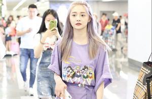 """周洁琼偏爱紫色?头发染成淡紫色,一身""""薰衣草""""穿搭亮相"""