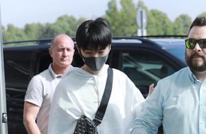 《中餐厅》录制暂告一段落,王俊凯现身首都机场,鼻梁意外受伤