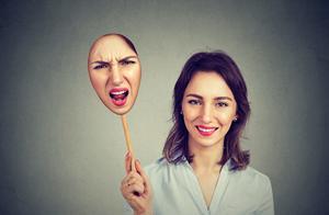 在回溯中去释放自己的情绪,接纳自己不同面向,重新对话带来和解