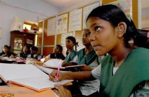 """印度1千多名高考生分数打错,女孩因成绩""""不合格""""自杀家人起诉"""