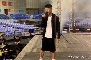 李克勤近期举行演唱会,彩排时超认真,网友:小鲜肉看了不惭愧?