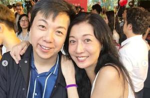 45岁吴绮莉出席活动,与男经理人合影笑容灿烂,懒理女儿吴卓林