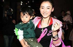 张柏芝带小儿子现身香港为防止正面曝光 亲弟弟全程陪同