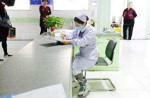 工作时不慎崴了脚  护士穿支具坚守岗位