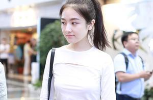 """19岁少女李兰迪扎高马尾元气满满,白T恤剪裁位置凸显""""心机"""""""