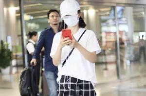 辣妈夏日走机场,38岁谢娜T恤配2万包豪气又减龄,43岁赵薇真低调