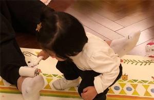 女儿把陈赫的臭脚当作玩具玩 果然是亲生的