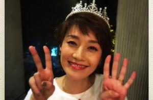 马伊琍42岁生日晒美照,姚晨镜头下的她头戴生日帽像24岁