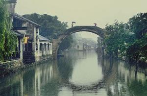 在烟雨朦胧的江南古镇里,看时光如玉,别有温润