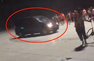 """""""再扰民就撞死!""""山东一男子开车恐吓跳广场舞群众被拘留"""