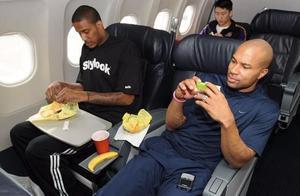 NBA球员爱吃垃圾食品?书豪1顿吃6个汉堡,张伯伦中场休息点外卖