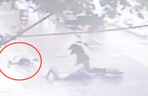 女子心切横穿马路,被过往电瓶车绊倒在地,头部受伤当场死亡